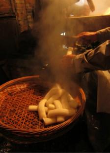老宁波的记忆里,煨年糕和烤年糕的味道